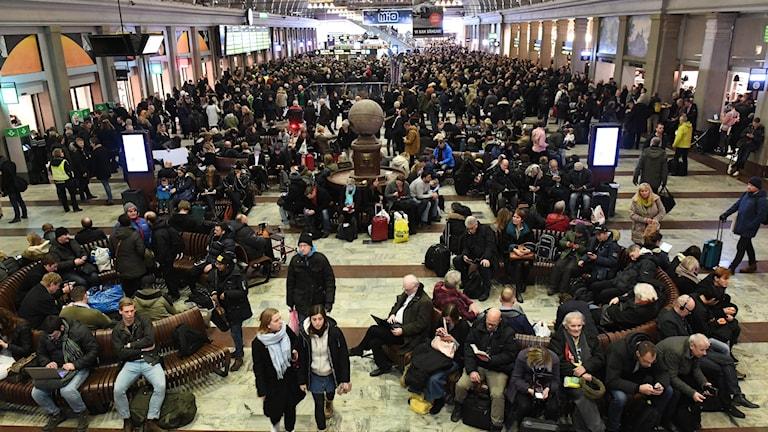 Många passagerare har fastnat på Stockholms Central eftersom Södertälje Syd och Göteborgs Central är blockerade av tåg efter bombhot. Foto Fredrik Sandberg / TT