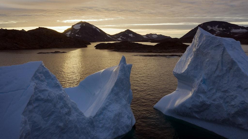 Smältande glaciärer i solnedgång.