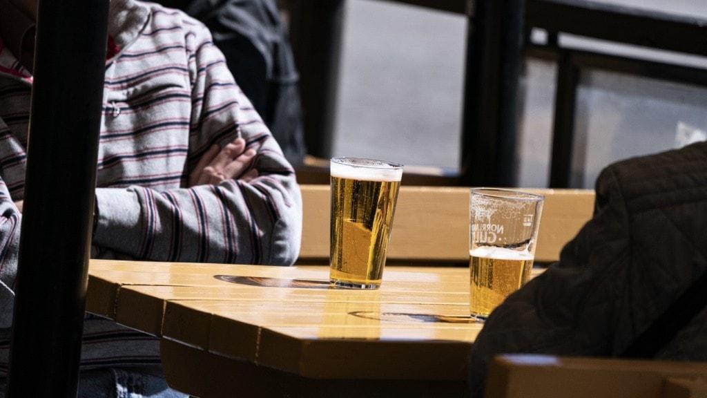 Två personer som dricker öl.