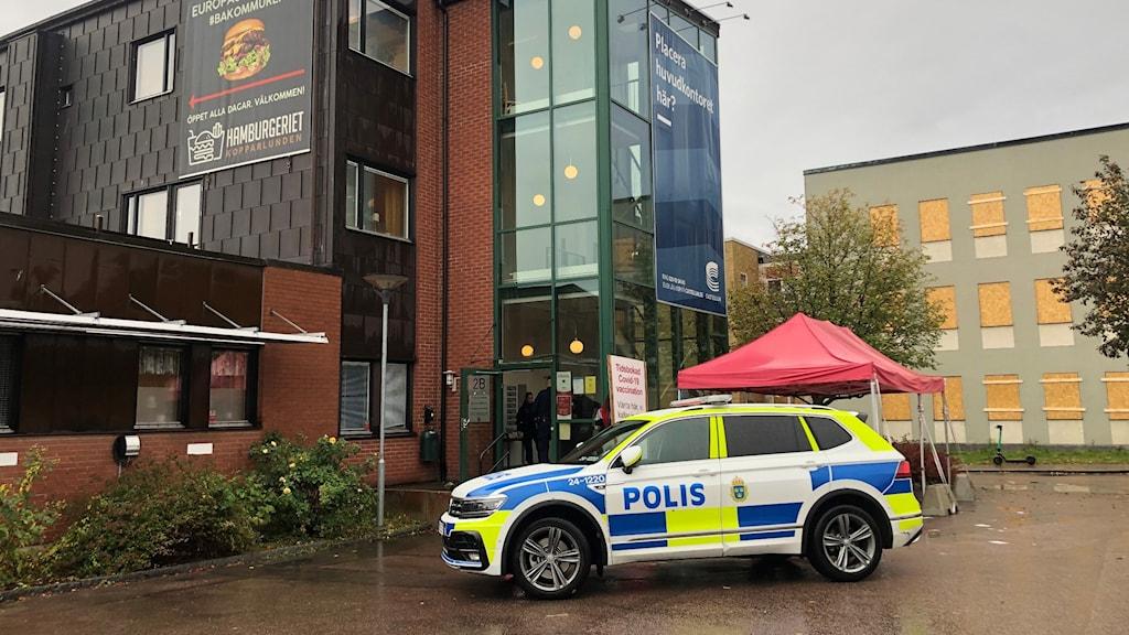 Polisbil utanför vaccinationslokal