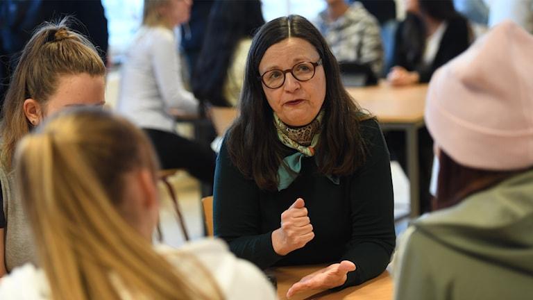 Gymnasie- och kunskapslyftsminister Anna Ekström (S) träffar gymansieelever.