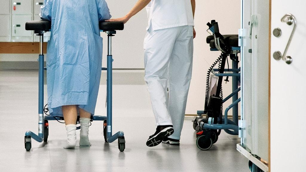 Patient leds fram genom sjukhuskorridor.