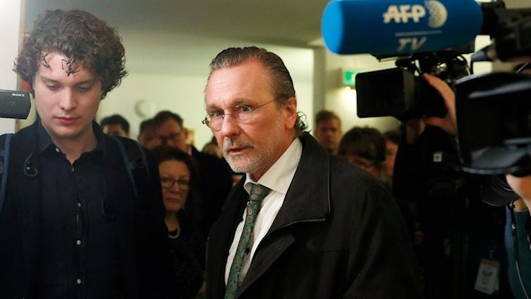 Thomas Olsson på väg in rättssalen