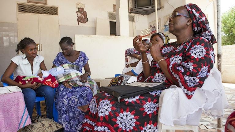 Röda korset informerar om familjeplanering i Senegal.