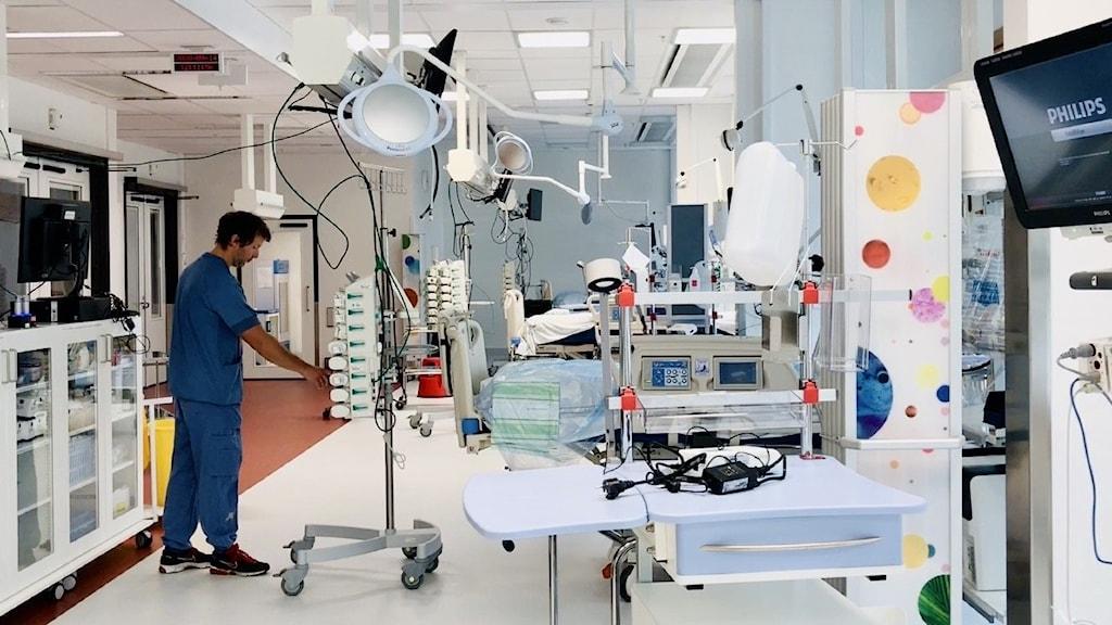 En man i sjukhuskläder i en operationssal.