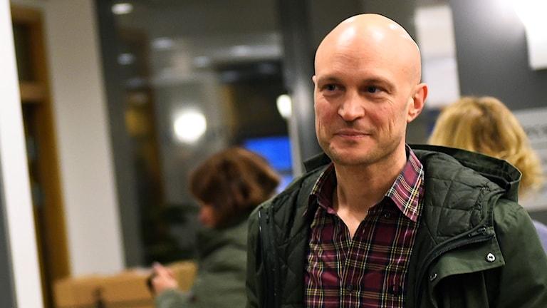 Journalisten Fredrik Önnevall anländer till Malmö tingsrätt.