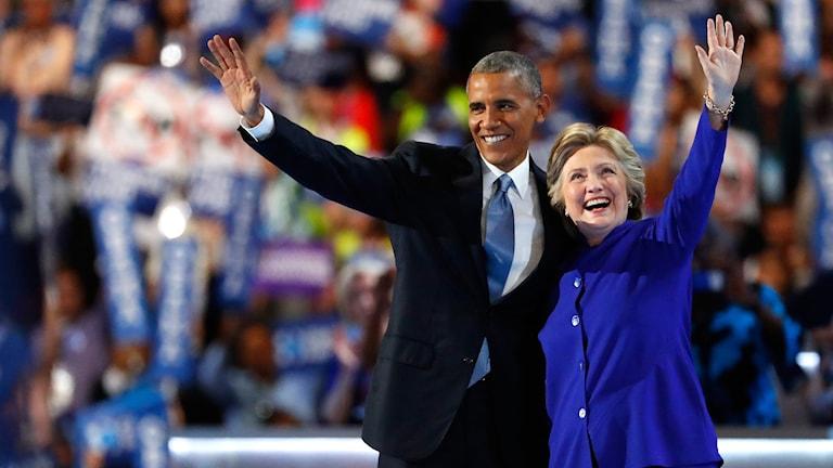 Barack Obama med Hillary Clinton vinkar mot publiken under Demokraternas konvent.