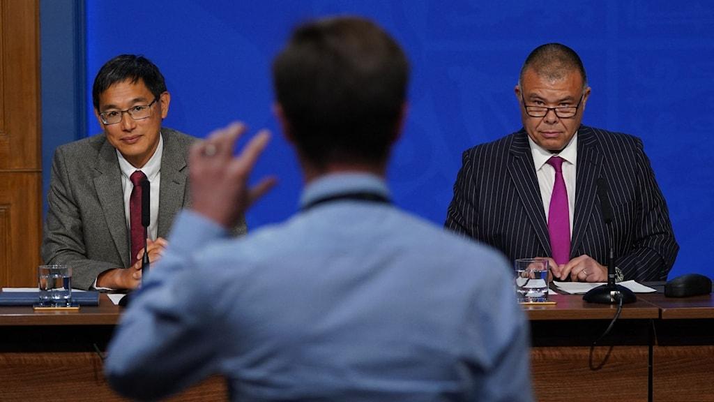 Brittiska expertkommittén svarar på journalisternas frågor under presskonferensen.