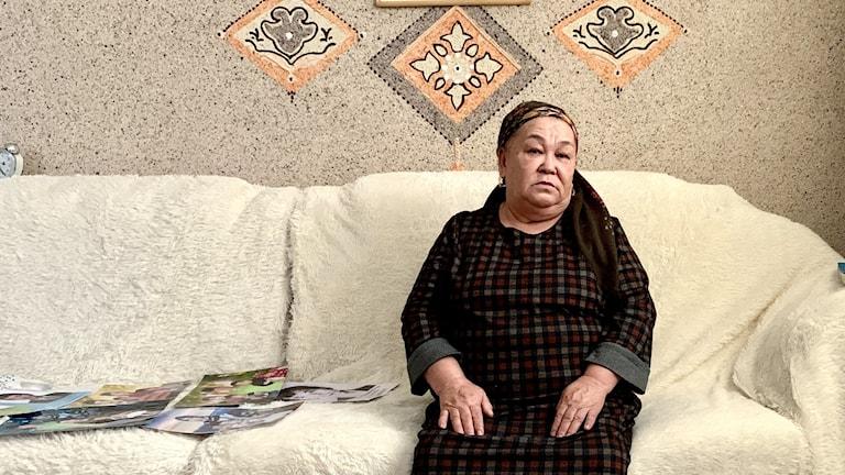 Kvinna i en vit soffa.