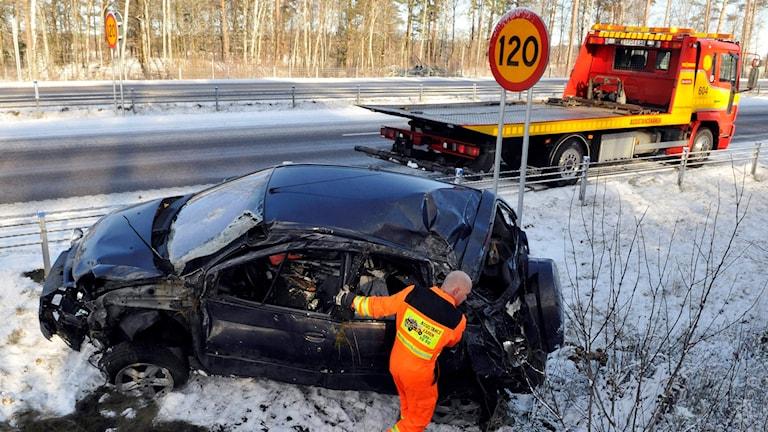 Bil som hamnat i diket efter snöfall och ishalka, arkivbild.