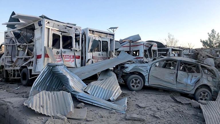 Minst 20 personer har dödats av en bilbomb vid ett sjukhus i staden Qalat
