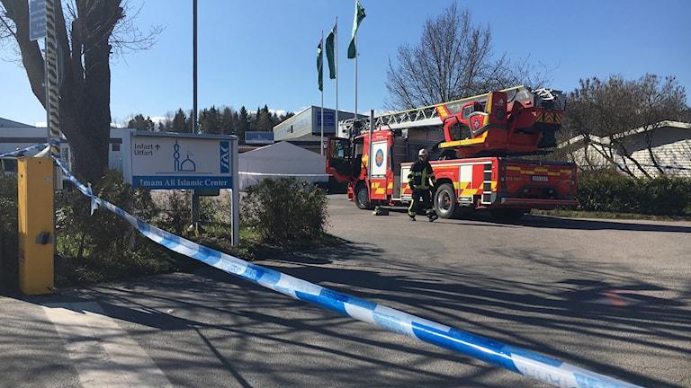 Ett femtiotal brandmän har arbetat med att släcka branden i moskén.