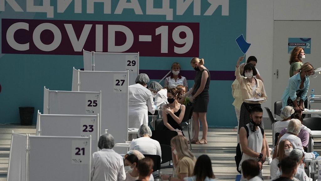 Människor köar för corona-vaccin i Moskva