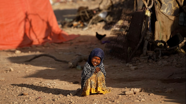 En liten flicka i ett läger i Somalia.