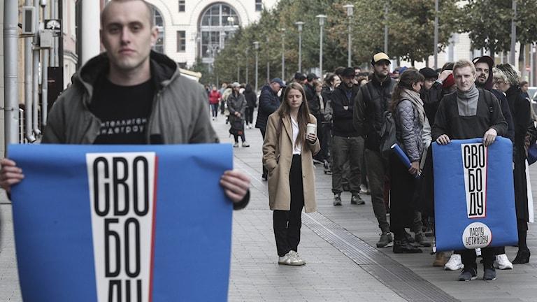 """""""Frihet för Pavel Ustinov"""" står det på affische, en demonstration den 27 juli i Moskva. Foto: AP Photo/TT."""