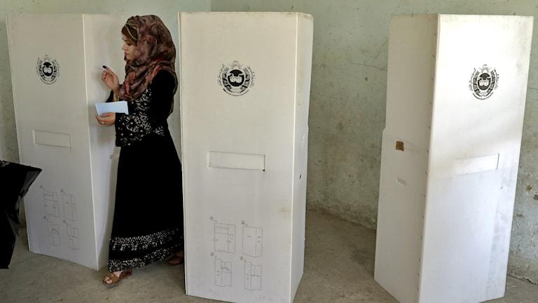 Afghansk kvinna röstar.