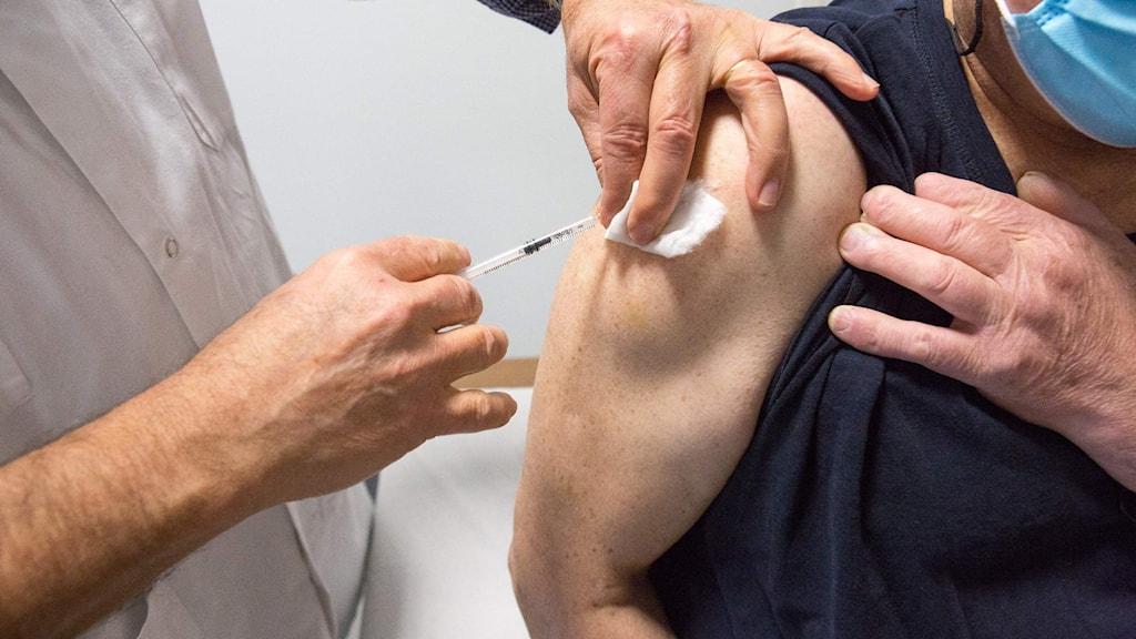 En person får vaccin.