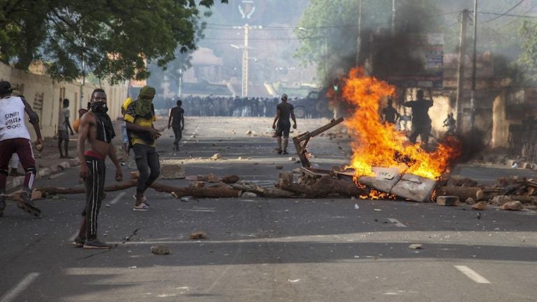 Demonstranter bygger vägblockader under protester i huvudstaden Bamako.