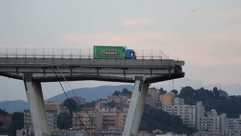 Lastbil står på bron som rasade i Genua
