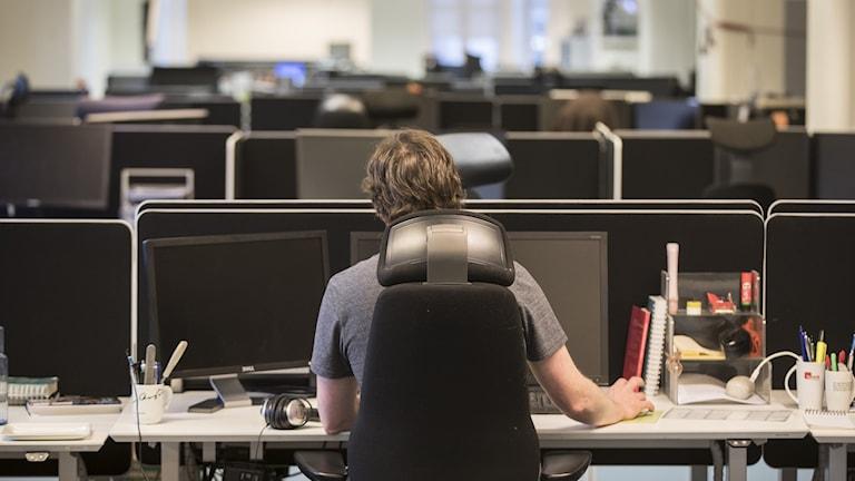 EN man i ett kontorslandskap.