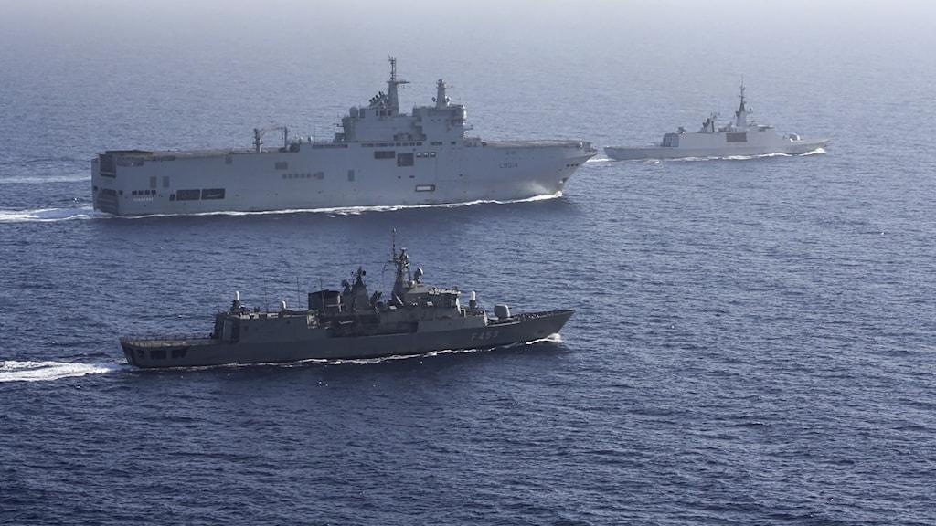 Ett franskt arméfartyg eskorteras av grekiska och franska båtar under övningen i Medelhavet.