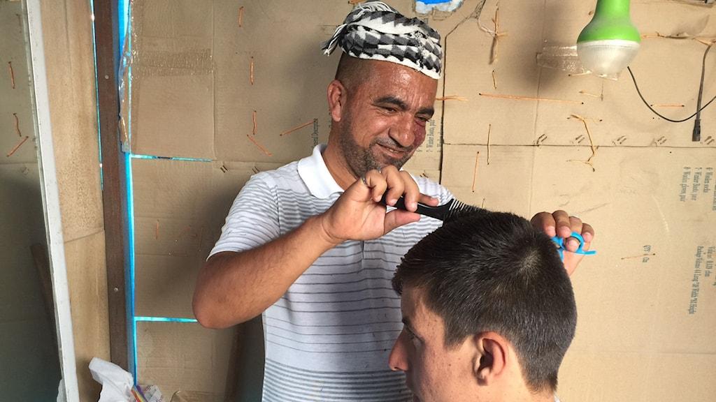 Barberaren Aly i ett flyktingläger nära Mosul