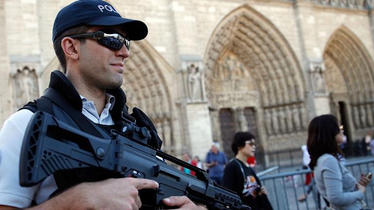 Polis utanför Notredame i Paris
