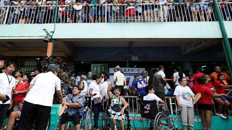 Filippinska medborgare väntar på att få rösta i mellanårsvalet den 13 maj 2019.