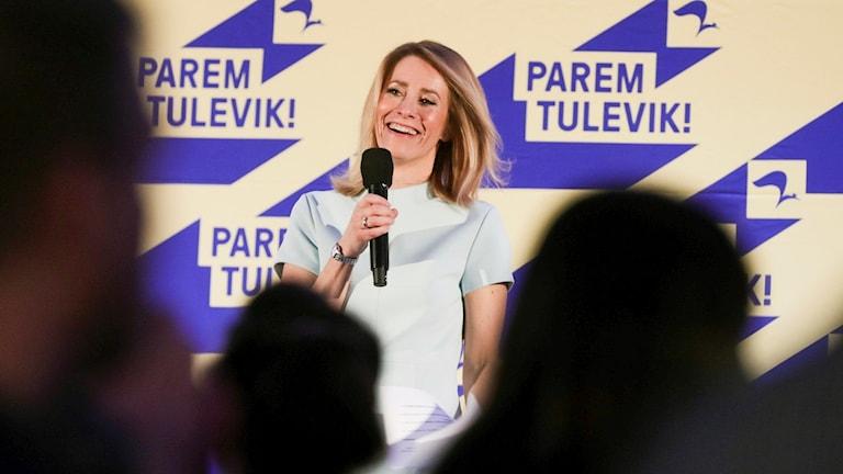 Ordförande för högerliberala Reformpartiet Kaja Kallas talar vid partiets högkvarter i Tallin.