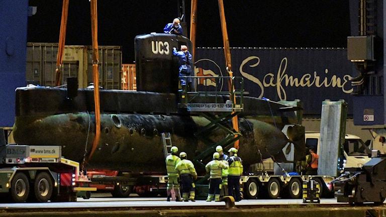 Ubåten har lyfts upp på land.