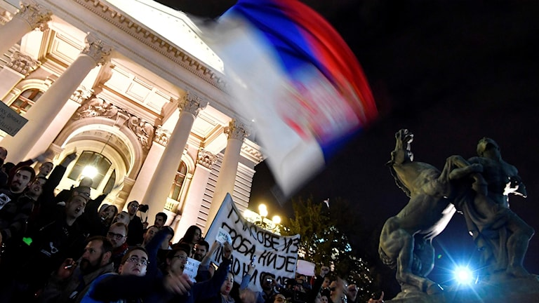 Protester i Belgrad efter söndagens valresultat.