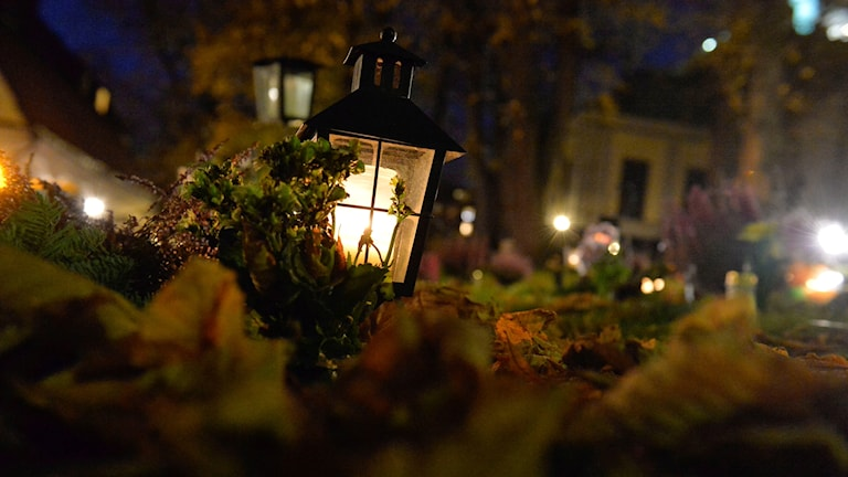 Tända ljus och lyktor på kyrkogården vid Kungsholms kyrka