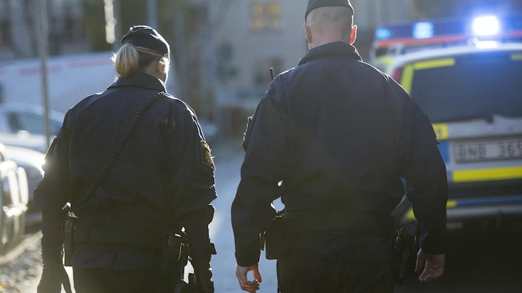 Två poliser i yttre tjänst