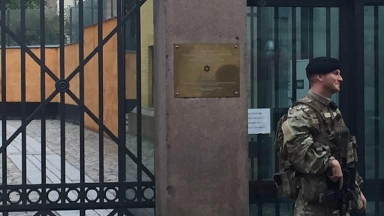 militär tar över bevakningen vid gränsen och vid synagogan från polisen.