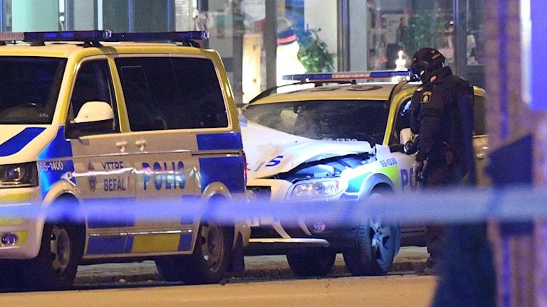 Området kring polisbilen spärrades av på fredagskvällen.