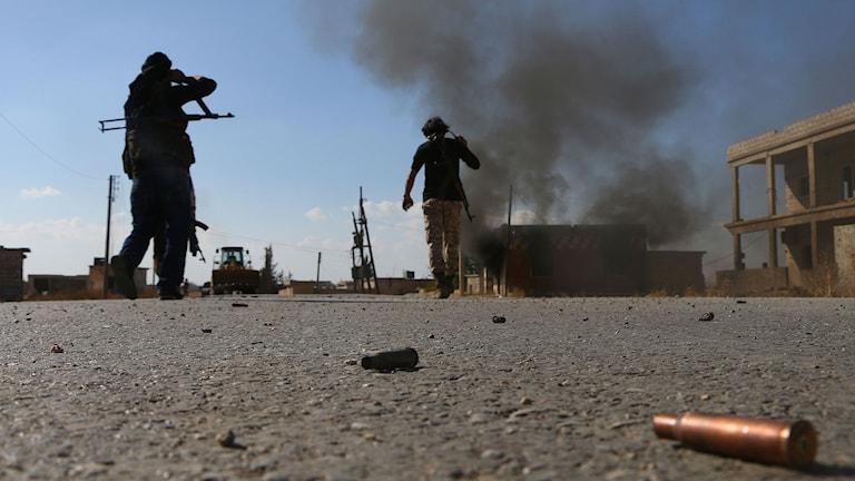 Syriska rebeller strider mot IS i utkanten av staden Dabiq.