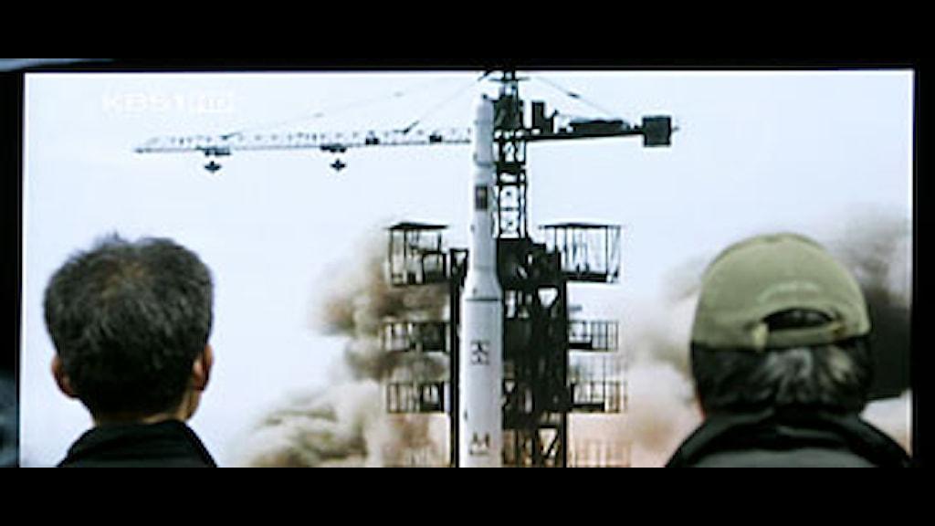 Människor i Sydkorea ser på en tidigare nordkoreansk raketuppskjutning i tv. Foto: Ahn Young-joon/Scanpix.