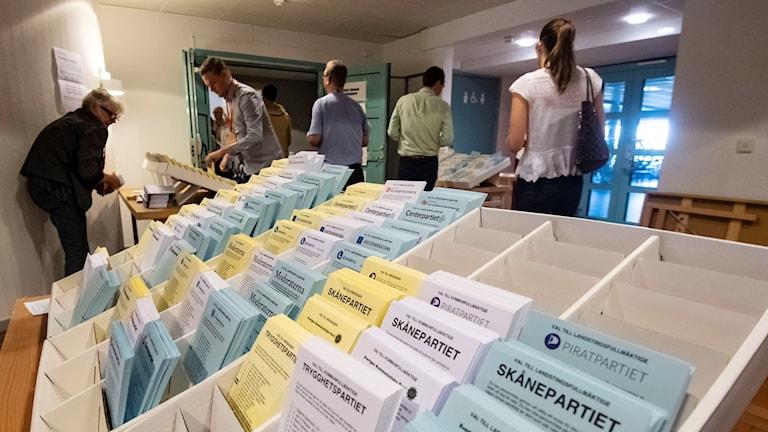 Valsedlar på rad utanför röstlokalen på Kockum Fritid i Malmö