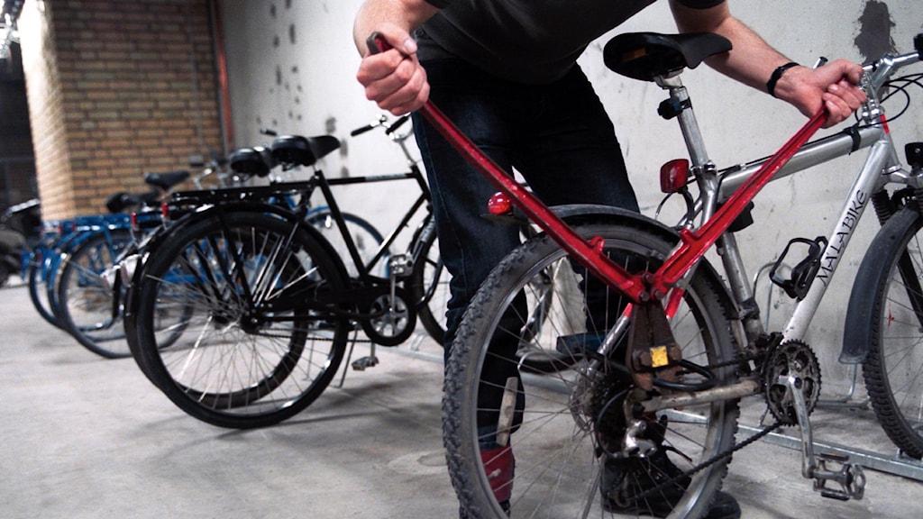 Person klipper upp cykellås.