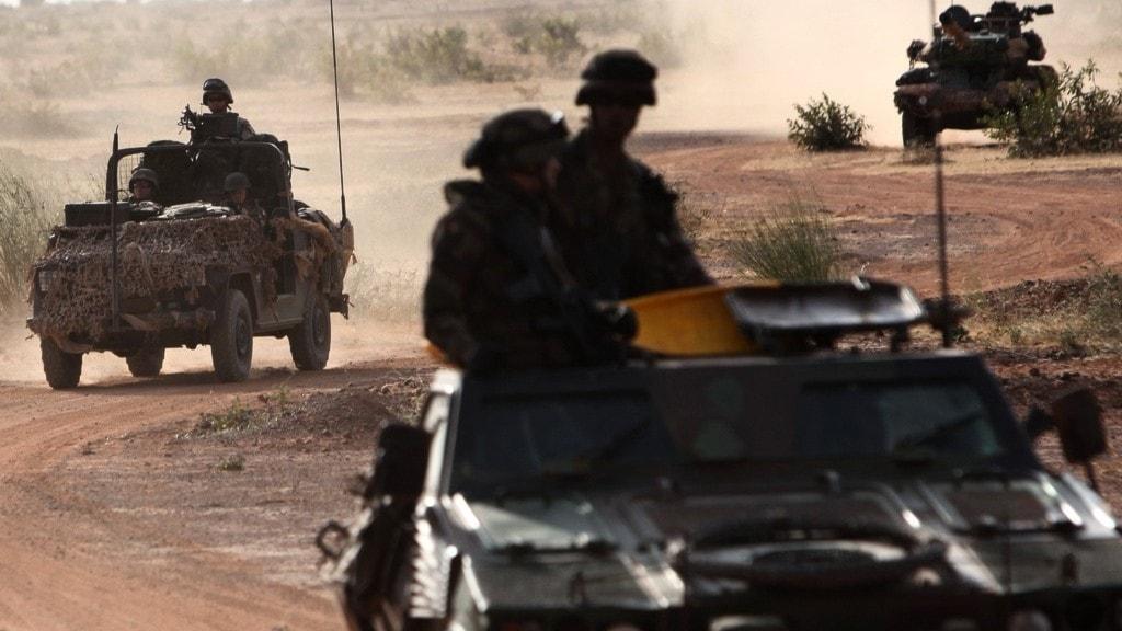 Soldater i Mali som åker i en bilkaravan.