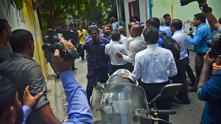 Poliser försöker hindra maldiviska parlamentsledamöter från att ta sig in i parlamentetsbyggnaden.