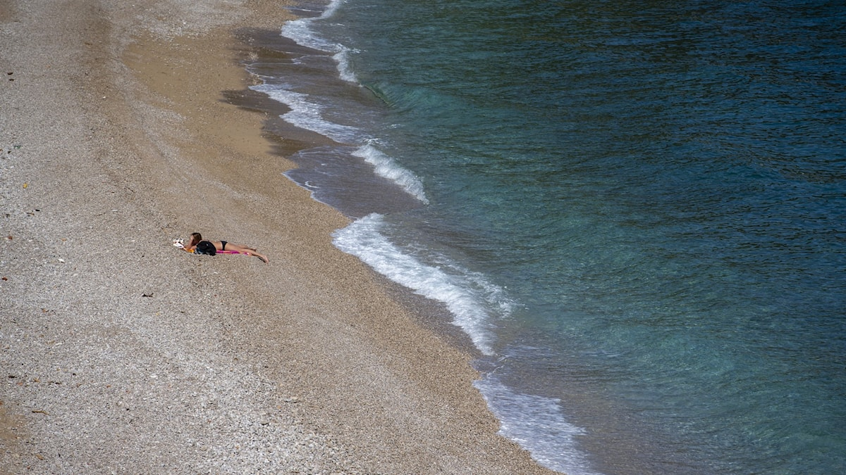 Badstrand i Kroatien med bara en person på.