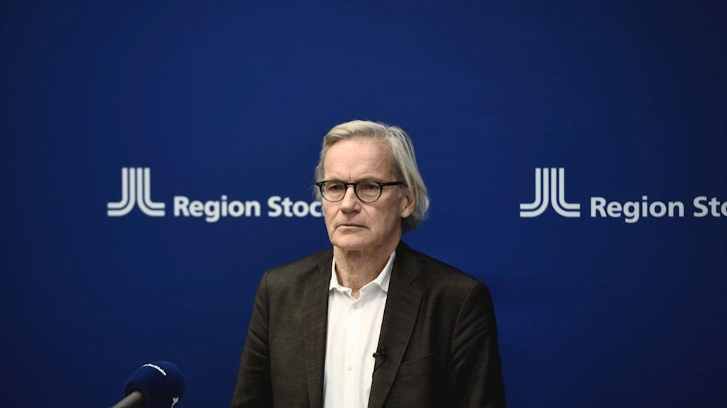 Johan Bratt, tillförordnad hälso- och sjukvårdsdirektör, håller pressträff.