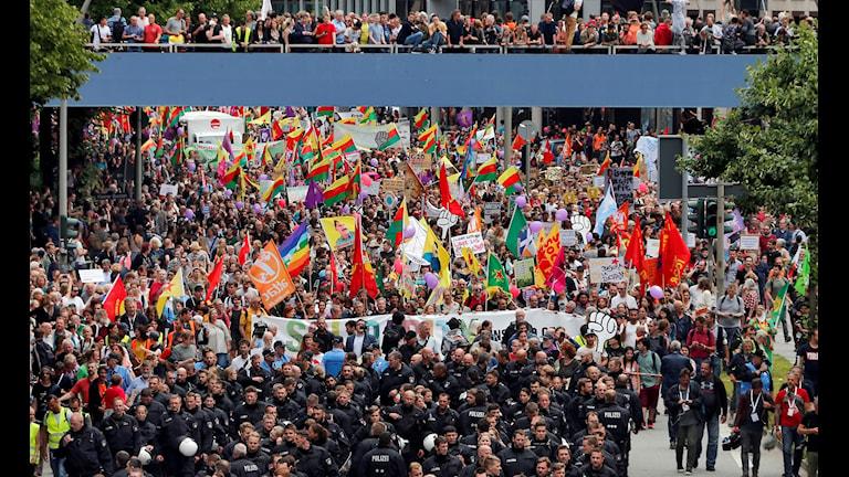 Tysk polis eskorterar demonstranter under G20-mötet i Hamburg i helgen.