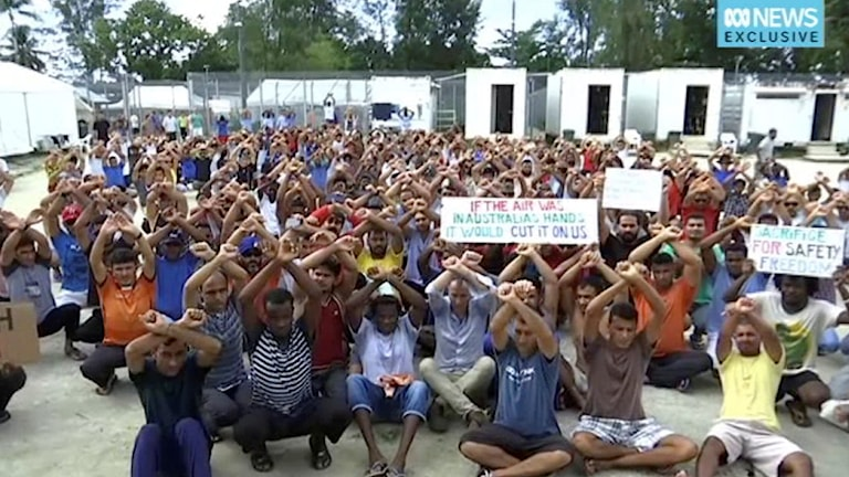 Asylsökande i protest mot lägrets stängning (arkivbild). Foto: Australia Broadcasting Corporation via AP/TT.
