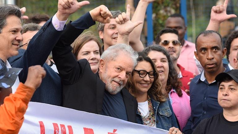 Lula höjer en knuten näve.