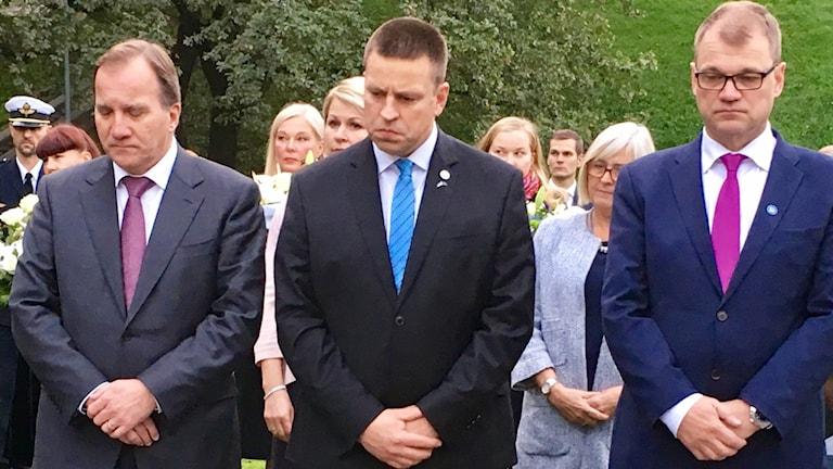Tre män sörjer