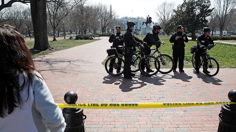 poliser utanför staketet till Vita huset