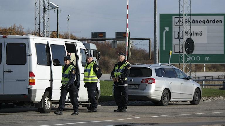 Bilden visar poliser som utför gränskontroll vid betalstationen på Öresundsbron. Foto: Erland Vinberg/TT.