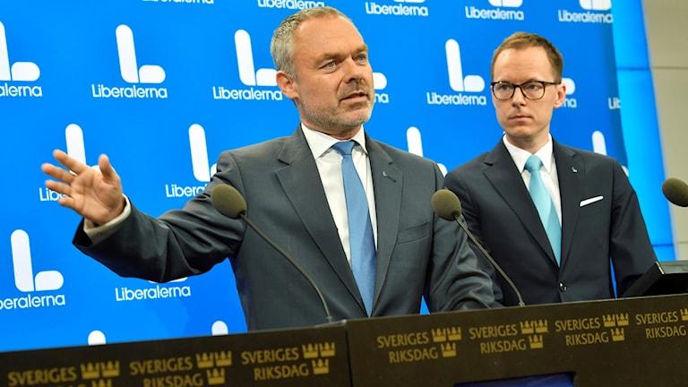 Två män vid mikrofoner